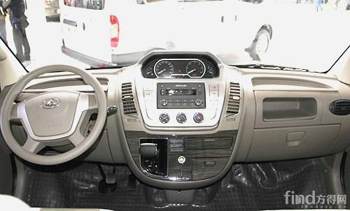大通2015款自动挡商杰的驾驶室内部,AMT变速箱操纵杆设计十分简洁