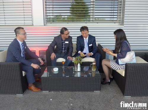 图为独立董事胡道勤(右一),投资人孟宪雨(右二),独立董事王远明(左二)和香港分公司总经理夏俊诚(左一)