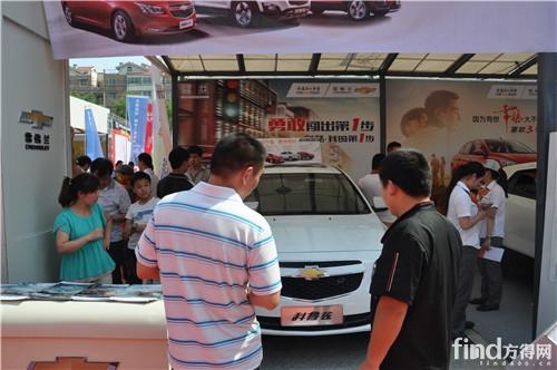 上海通用雪佛兰展位里围满了意向客户