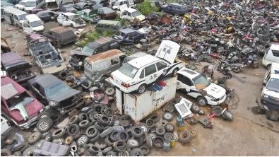 8月19日上午,记者来到洛阳市金收 报废 汽车回收拆解高清图片