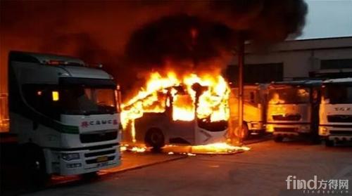 首辆港牌电动巴士突然自燃