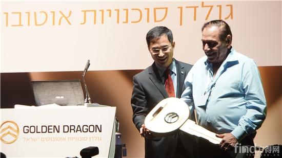 1 金旅客车常务副总经理彭东庆向Dani先生递交象征合作的友谊车匙
