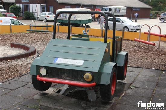 乌尼莫克博物馆外的模型,仿造1946年第一辆乌尼莫克而重新打造22221