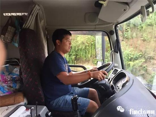 坐在驾驶室里的刘文健