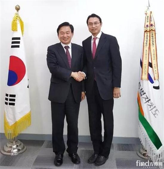 比亚迪亚太汽车永利的网站事业部总经理刘学亮(右)拜会济州特别自治道知事元喜龙
