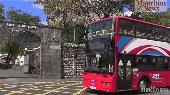 1行驶在毛里求斯街头的双层公交