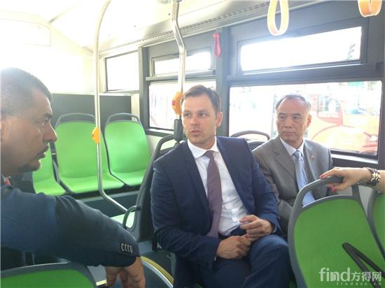 李满长与贝尔格莱德市市长辛尼萨乘坐海格超级电容车