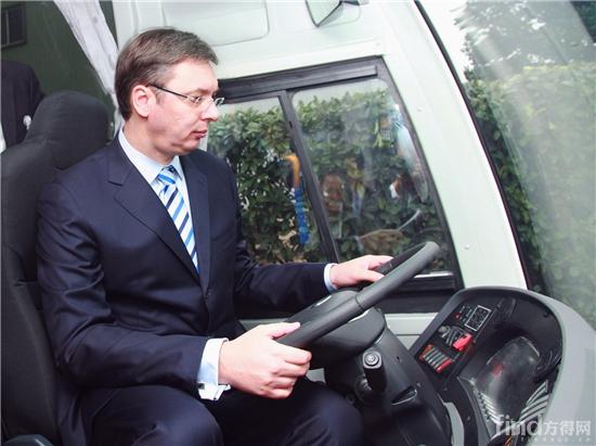 塞尔维亚总理武契奇体验海格客车驾驶区