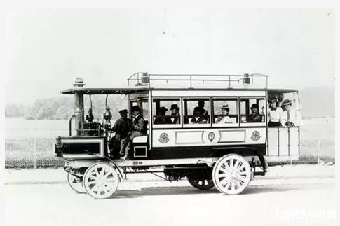 """世界上第一台装有蒸汽发动机的公共汽车出现在1831年,被命名为 """"婴儿"""