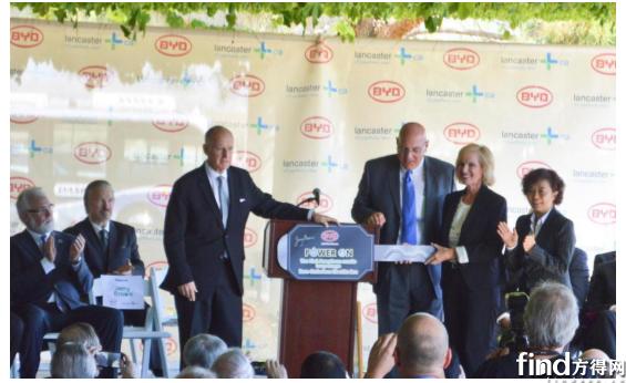 加州州长 Jerry Brown 见证比亚迪兰卡斯特工厂首台纯电动大巴下线