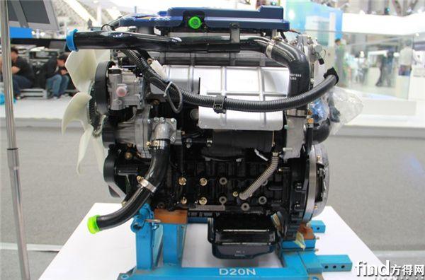 """云内DEV系列发动机 据悉,云内DEV系列发动机源自德国FEV公司技术,采用高强度合金铸铁机体和高强度铝合金缸盖,关键部件设计先进,可靠性高;采用双顶置凸轮轴和单缸4气门设计,结构紧凑,技术设计紧跟世界先进潮流。百公里油耗比不少同类产品低10%以上。 售后服务方面,DEV系列发动机享有超长质保(36个月或30万公里质保承诺),云内动力在全国拥有1200余家授权服务网络,服务便捷优质、及时有效,为全新DEV系列发动机提供强大的售后保障能力。 锡柴展出""""金牌发动机"""" 面对市场新需求,"""