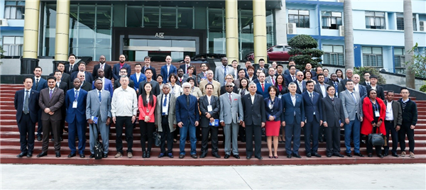 各国来宾和比亚迪公司工作人员合影留念