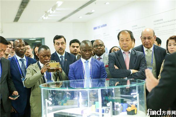 比亚迪电子产品展台吸引了大批来宾的注目
