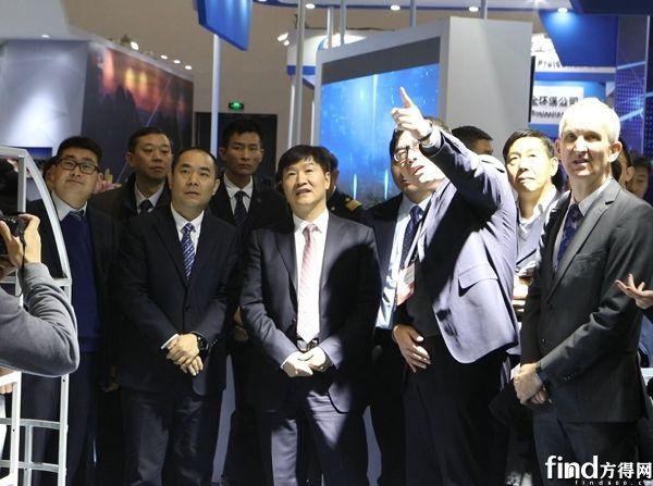 交通运输部副部长刘小明参观宇通展台