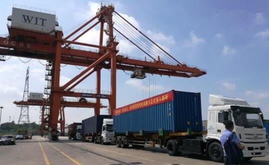 湖北港首用新能源卡车
