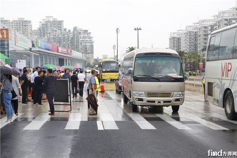 1 金旅考斯特为参与9·8投洽会的来宾提供交通运输服务