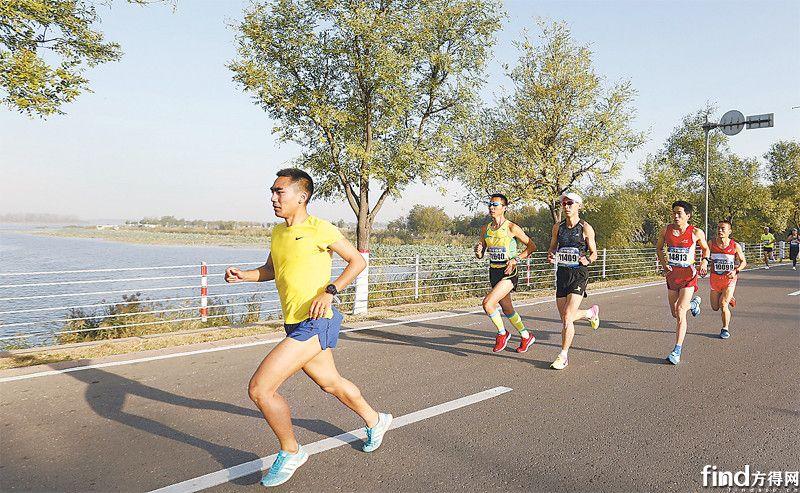 2 运动员们在衡水湖畔天然氧吧享受奔跑的快乐