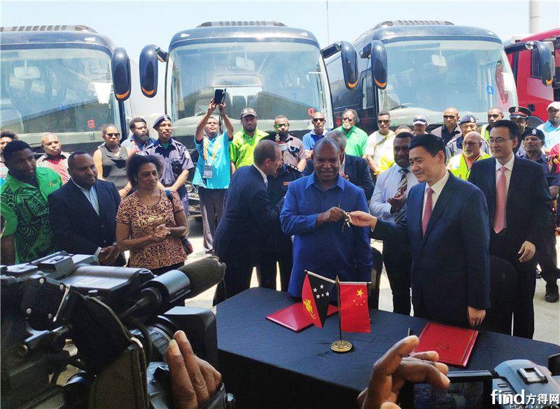 中国援助巴新车辆正式交付