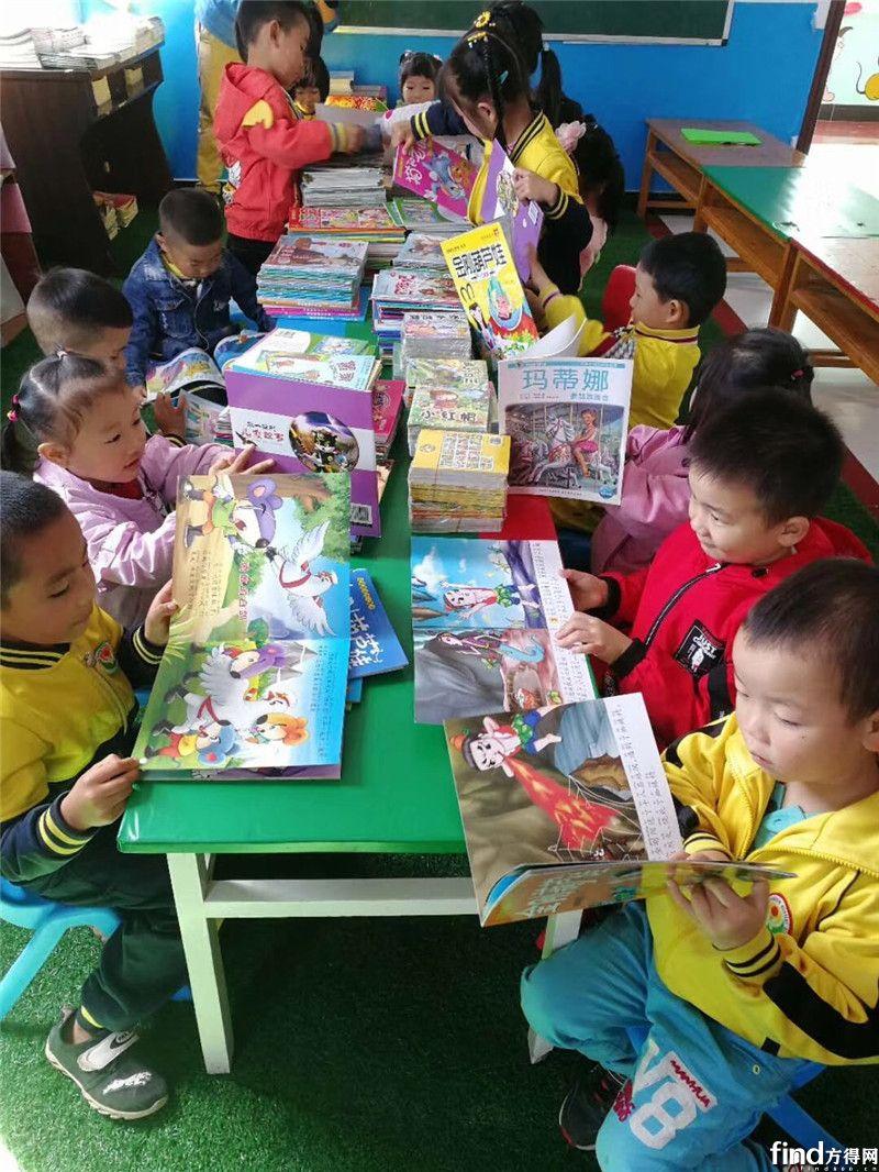 孩子们在聚精会神地阅读图书