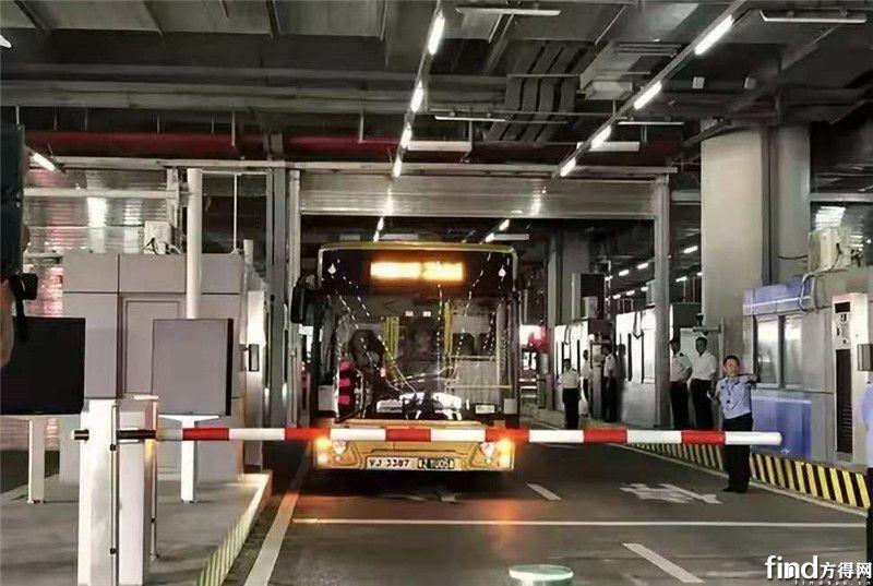 """唯一""""站在""""珠港澳大桥的国内客车 为何出自这家企业? (1)"""