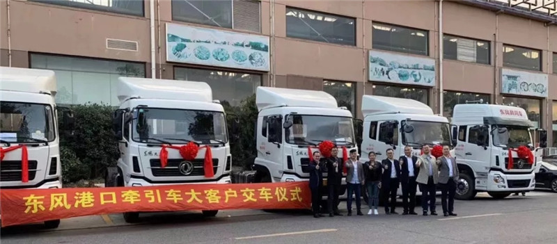东风天龙港口车交付上海客户 (2)