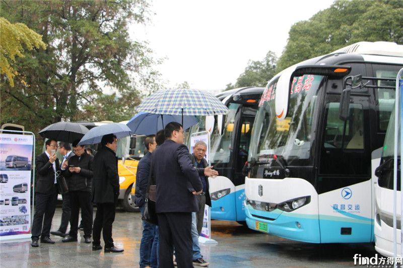 用户参观宜昌交运的中通世腾纯电动旅游车