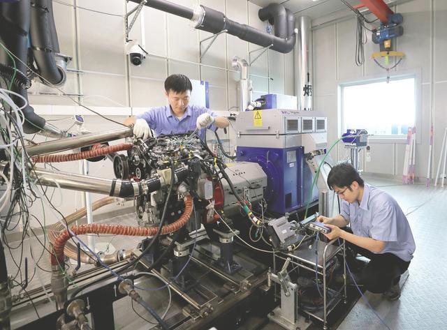 安徽滁州,技术人员正在测试一款国六柴油发动机