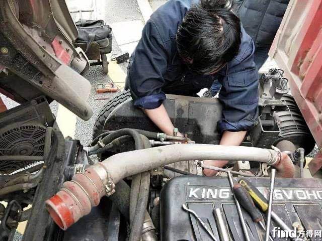 服务站人员检修故障车辆