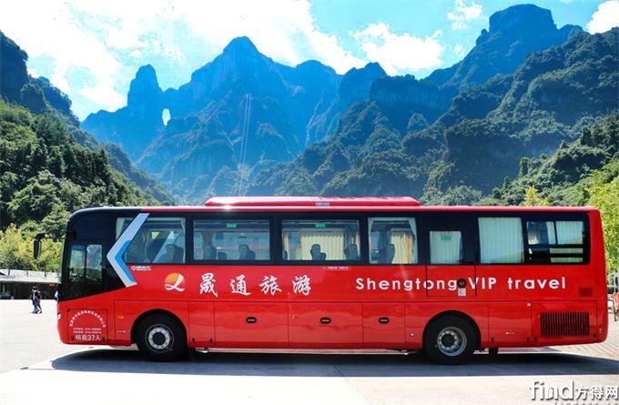 停靠在天门山下的中通单挡世嘉旅游客车