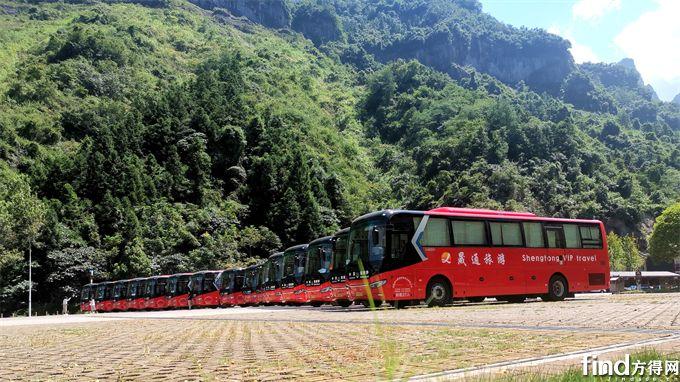 整齐排列在天门山景区前的中通单挡世嘉客车